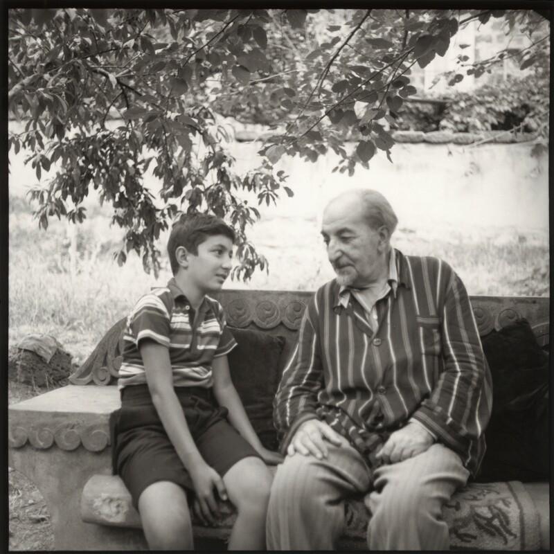 Аветик Исаакян с внуком,1957.Фото Иды Кар.Национальная портретная галерея,Лондон