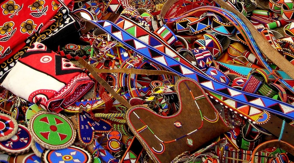В качестве ценных сувениров можно купить подставки для книг, резные шкатулки, статуэтки, мебель из мангровых деревьев. Фото и информацияrestbee.ru