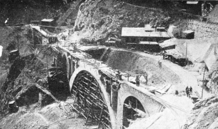 Идея постройки железной дороги, связующей Средиземное море с Персидским заливом (Берлин - Багдад), впервые была озвучена в 1829-1831 гг. британским полковником Фрэнсисом Р. Чесни. Многие армянские мужчины работали на этом тяжелейшем строительстве.
