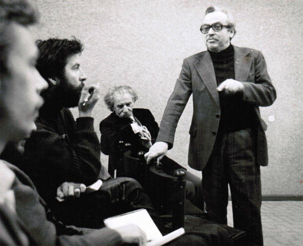 Театр «Угала». Обсуждение постановки «Путешествие дилетантов». 1983 г. Выступает Рэм Блюм, на заднем плане мы видим выдающегося ученого, профессора Тартуского университета Юрия Михайловича Лотмана.