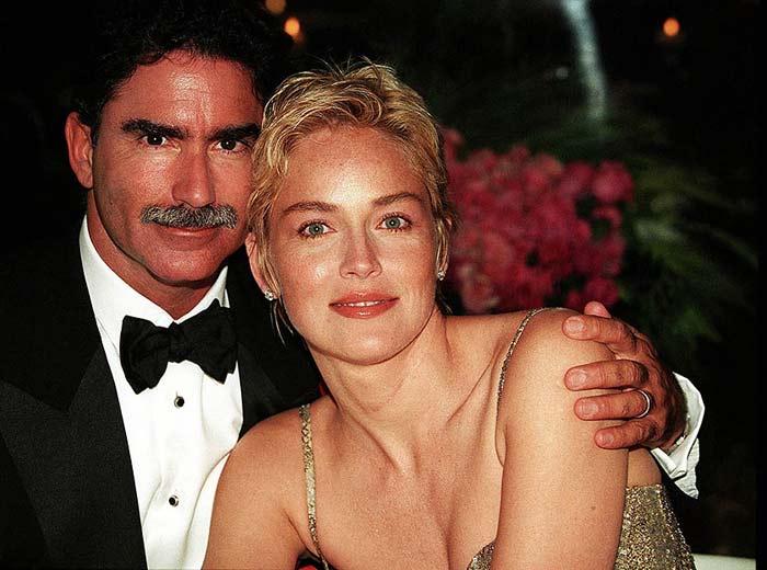 В 1998-2004 годах Стоун была замужем за вице-президентом и редактором газеты «San Francisco Chronicle» Филом Бронштейном.