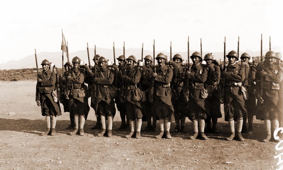Солдаты Восточного легиона занимаются строевой подготовкой, лагерь Монарга (Богазтепе, северо-восток острова Кипр), июль-декабрь 1918 года (http://www.ecpad.fr)