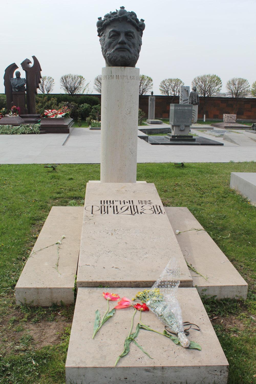 У могилы Сергея Иосифовича Параджанова