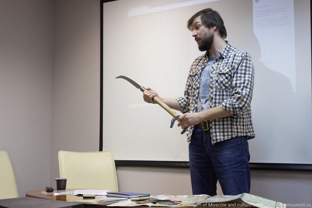 Гостям лектория Армянского музея Сергей показал цакат - армянский мачете.