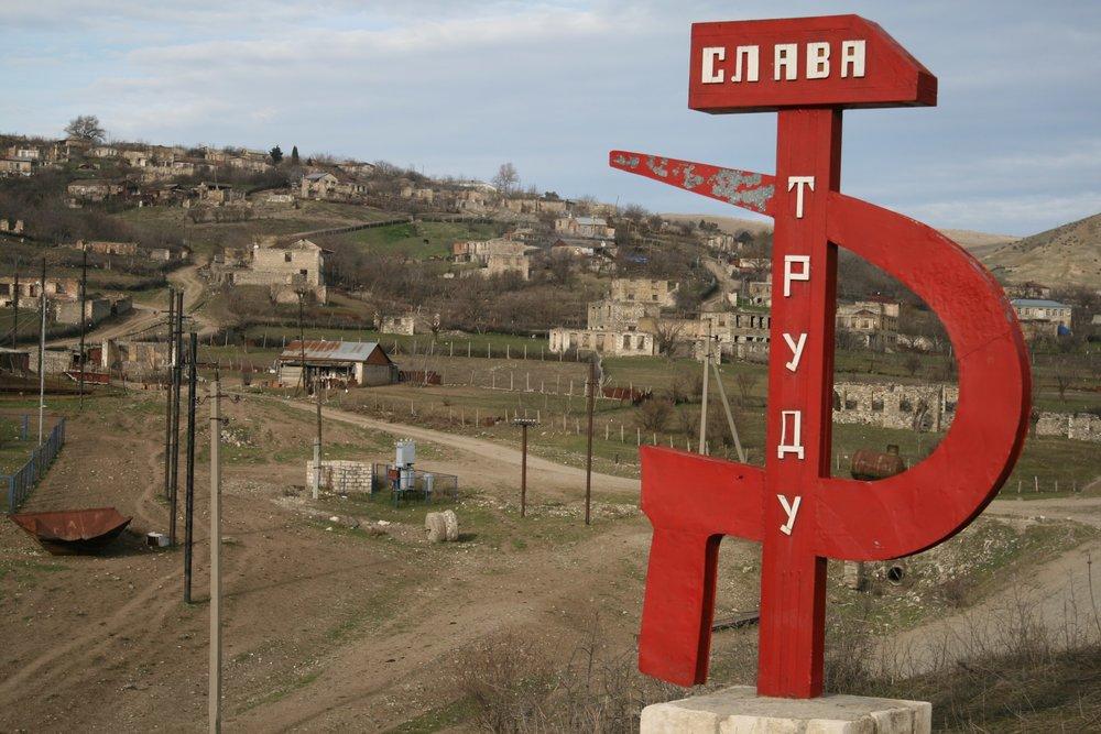 Август 2016 года.Когда-то все мы были в одной стране... Село Талыш как на ладони.  P.S. По итогам четырёхдневной войны в апреле 2016 года азербайджанские позиции приблизились к Талышу почти вплотную, и селение опустело.