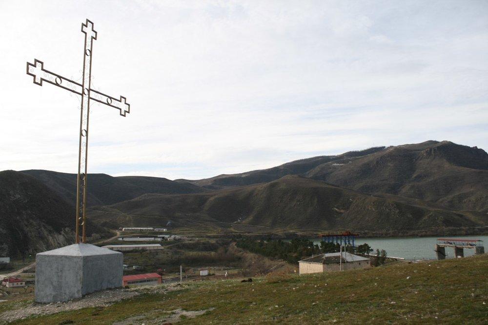 Село Матагис. Крест рядом с АрцахГЭС. P.S. В ходе четырёхдневной апрельской войны 2016 года Матагис подвергнется обстрелам с азербайджанской стороны, и многие жители предпочтут отсюда уехать.