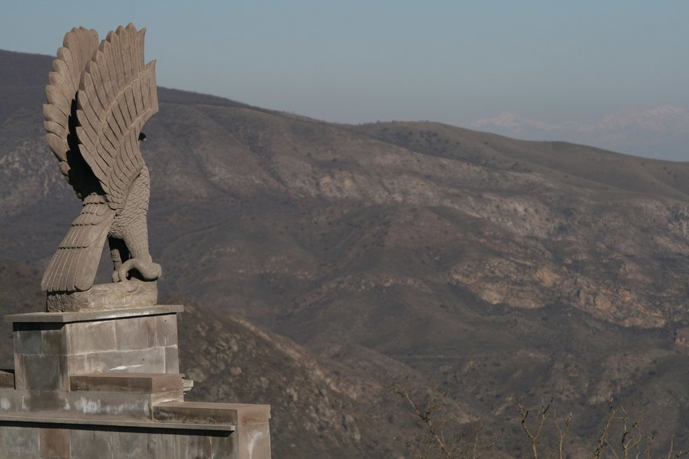 Село Тонашен. Памятник землякам, погибшим в Карабахскую войну. Фото Сергея Новикова