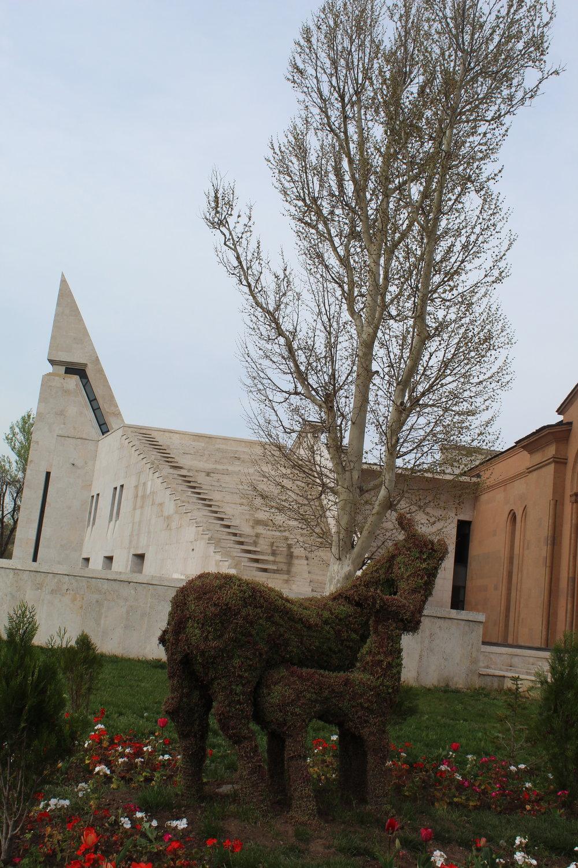 """""""Зеленая скульптура"""" - пример ландшафтного дизайна в Ереване у МузеяКомитаса ."""