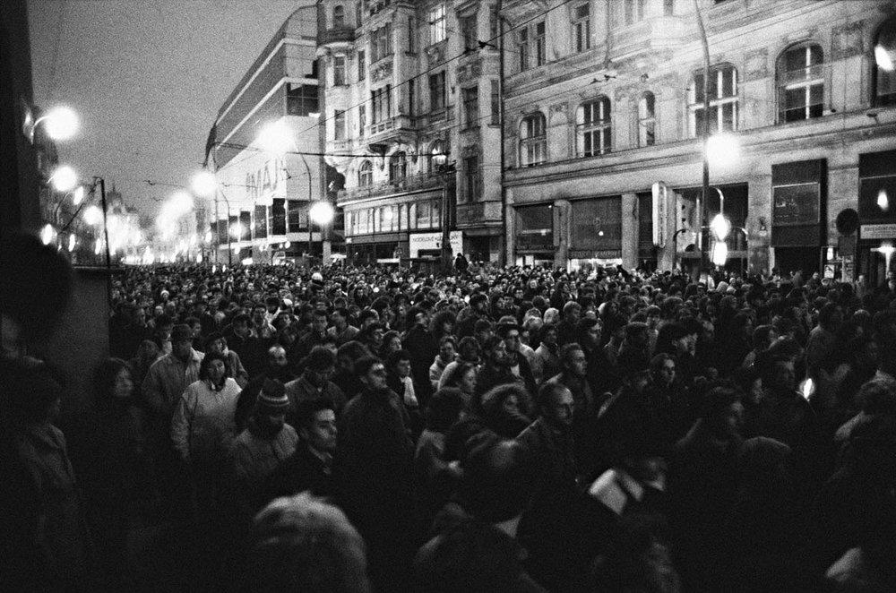 Начало «бархатной революции» положила студенческая демонстрация 17 ноября 1989 года, в память чешского студента Яна Оплетала, погибшего во время протестов против нацистской оккупации Чехии (1939). Фотоdrugoi.livejournal.com