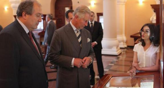 Посол Армении в Великобритании и Чарльз, Принц Уэльский, в Матенадаране в 2013. Фото russia-armenia.info