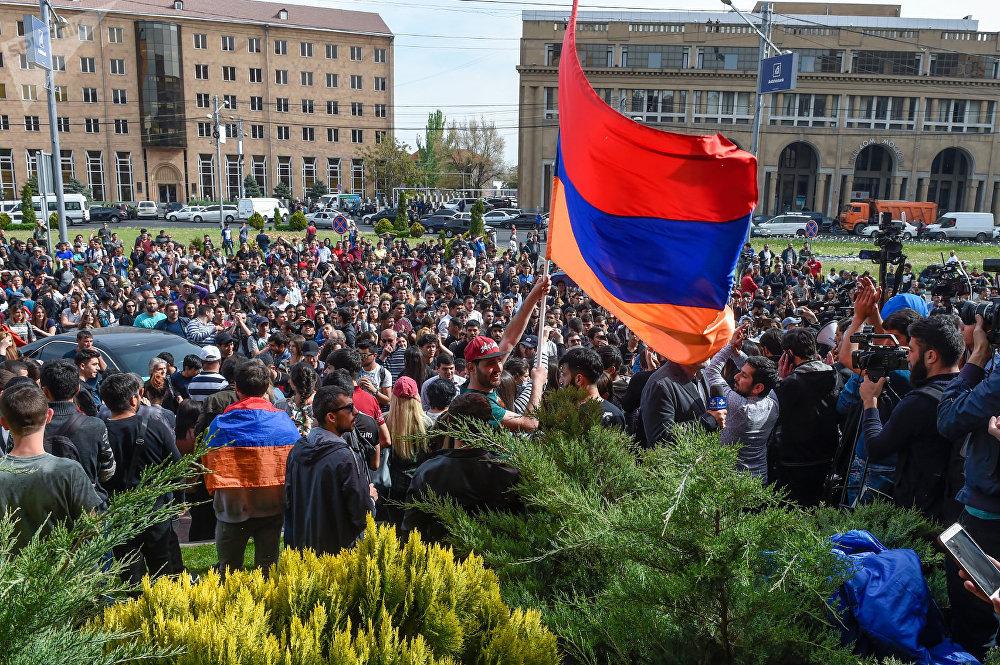 Протестующие перед мэрией Еревана (18 апреля 2018)© Sputnik / Asatur Yesayants