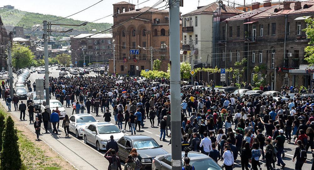 Активисты на улице Чаренца (18 апреля 2018). Ереван© Sputnik / Asatur Yesayants