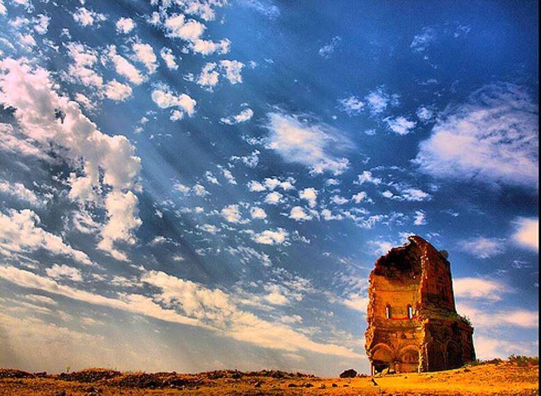 На востоке современной Турции, на берегу реки Ахурян находится город-призрак Ани́ — древняя столица армянского Анийского царства. Основанный более 1600 лет назад, город располагался на пересечении нескольких торговых путей. В 11 веке здесь проживало более 100 тысяч человек. Фотоblackseanews.net