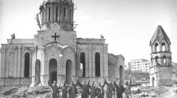 В 1988 году армяне были вынуждены покинуть Шуши. Храм Газанчецоц превратился в склад оружия, с фасады были отбиты кресты и фигуры ангелов.