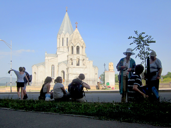 К 1998 году храм был реконстурирован. Теперь в его окрестностях не видно танков, не слышно оружия.