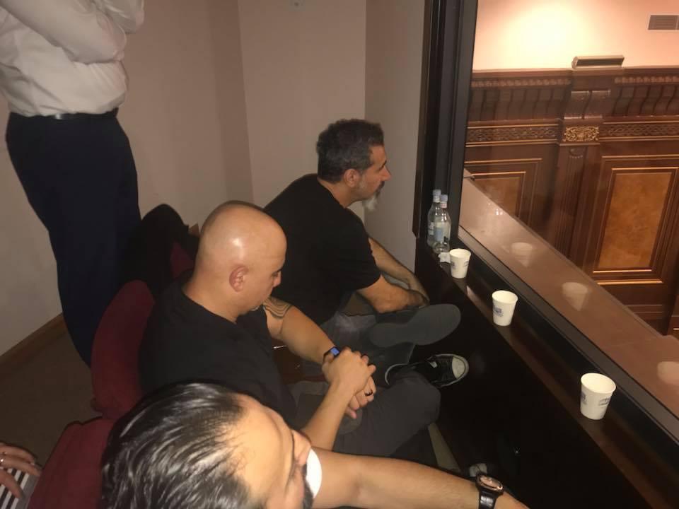 Серж Танкян наблюдает за выборами