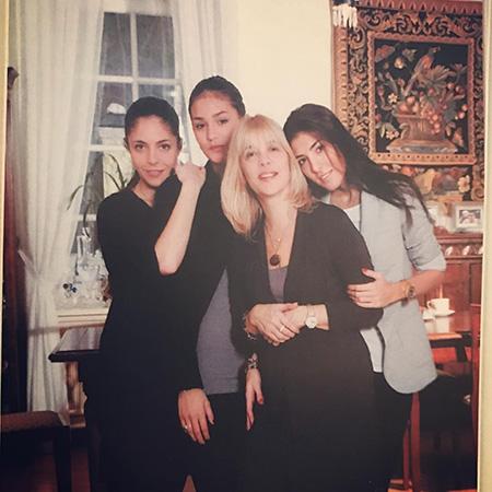 Вера Глаголева с дочерьми.jpg