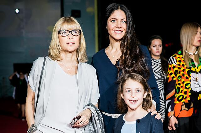 Вера Глаголева с дочерью Анной Нахапетовой и внучкой.jpg