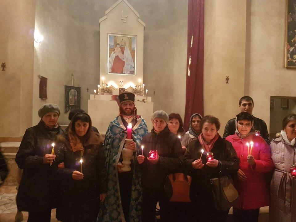 Прихожанехрама в честь святой мученицы Рипсиме в Барнауле в Пасхальный Сочельник. Март, 2018 года.