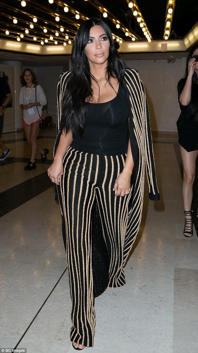 Ким Кардашьян в штанах с лампасами.