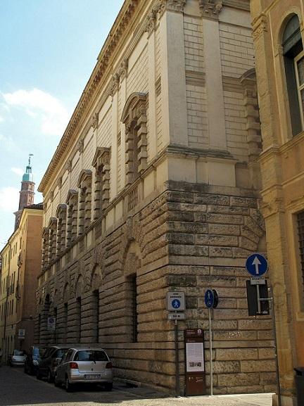 Уличный фасад палаццо Тьене  wikimedia.org