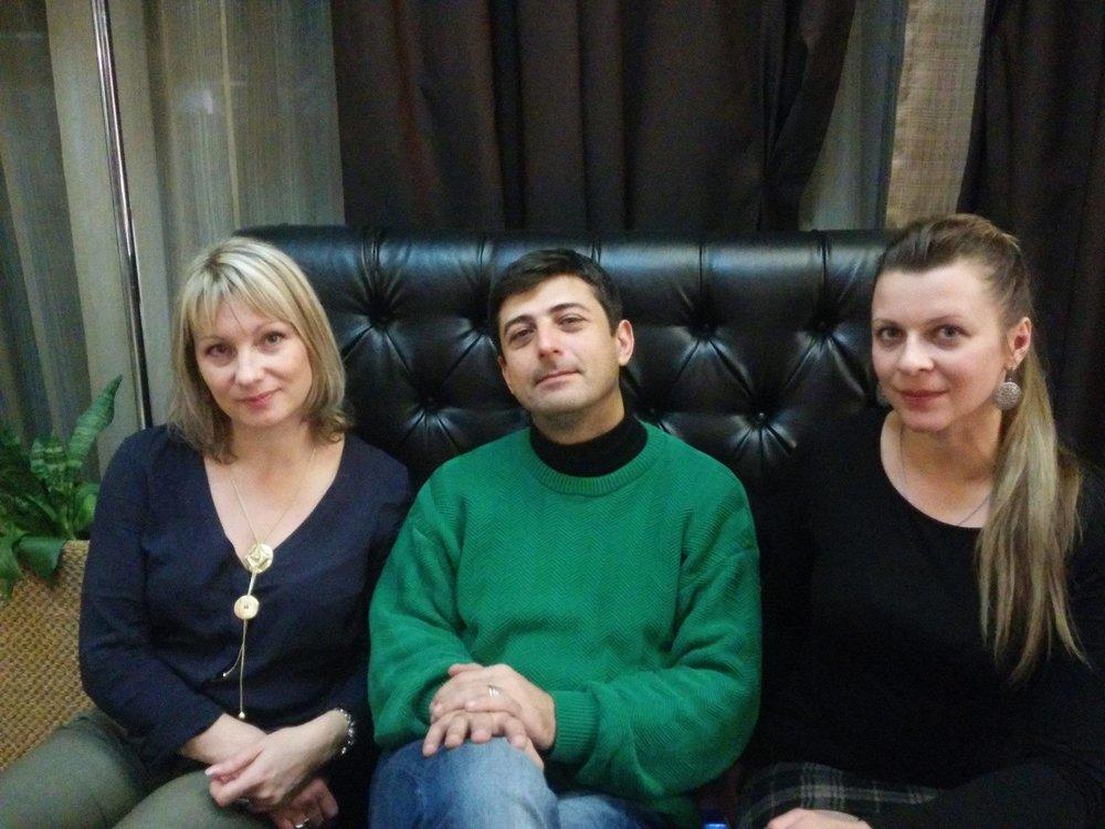Ованнес Азнаурян с писательницами Викторией Чембарцевой (Молдова, Россия) и Еленой Шуваевой-Петросян (Армения, Россия) | ©Ованнес Азнаурян