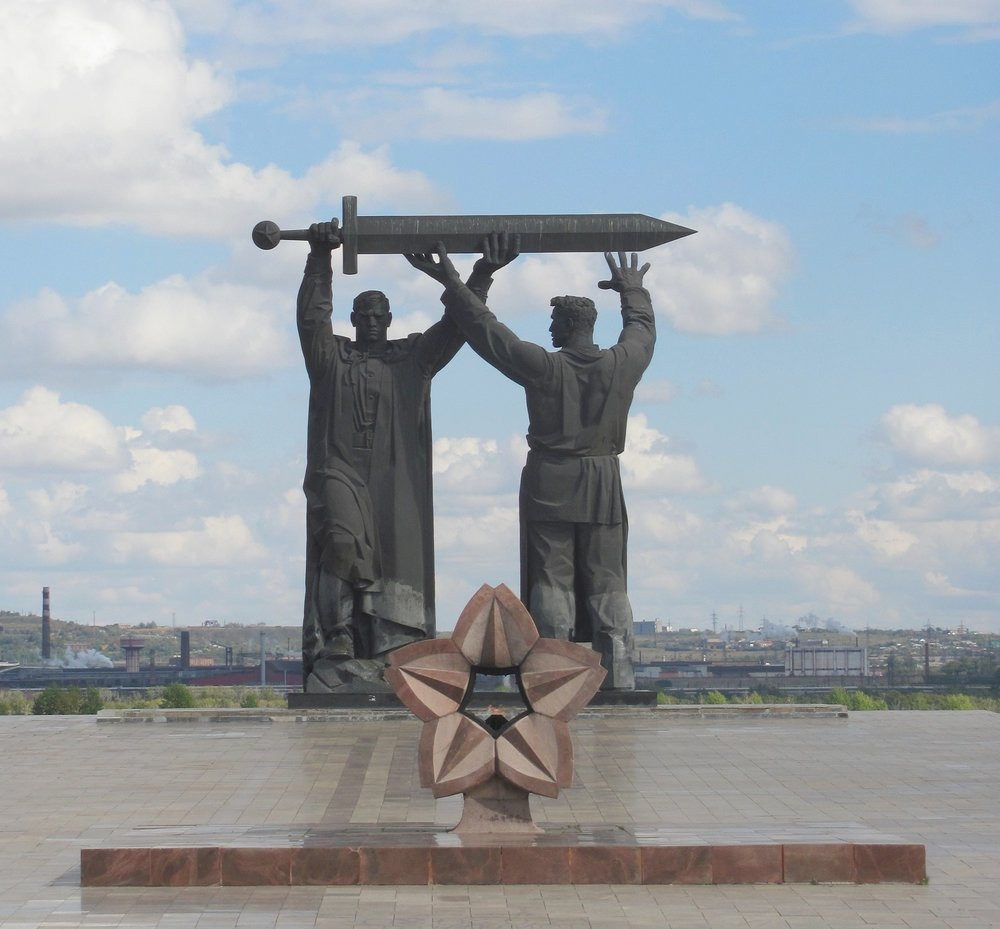 Монумент «Тыл – Фронту» в Магнитогорске | wikipedia.org