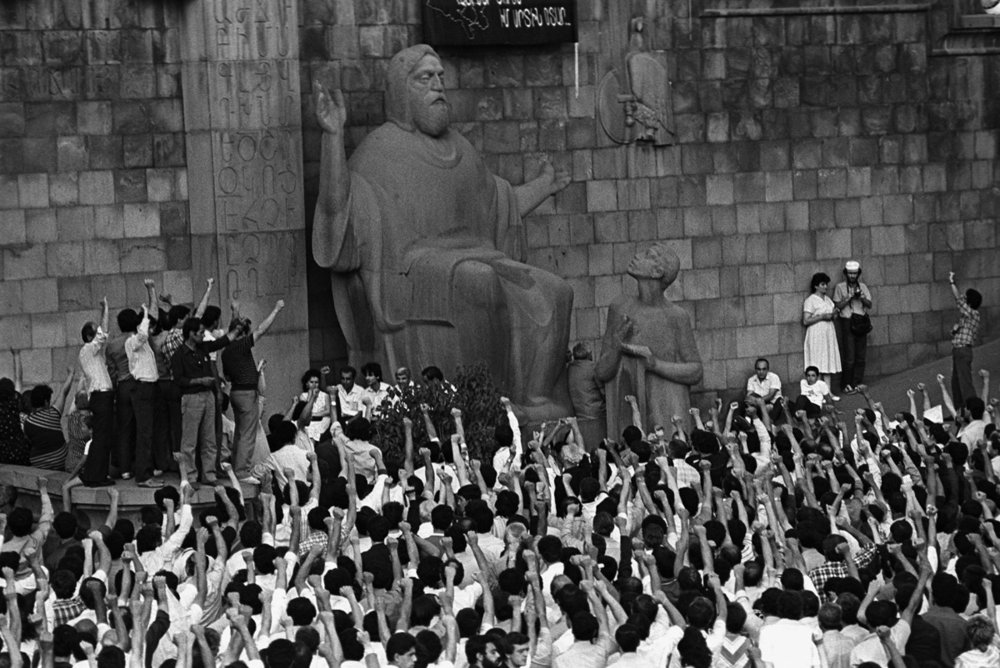 Митинг перед Матенадараном в Ереване (1991), фотография Рубена Мангасаряна