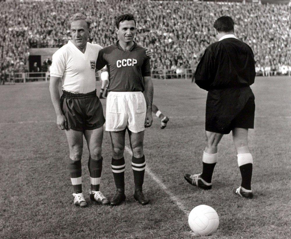 В 1958 году сборная СССР дебютировала на Чемпионате мира, а капитаном команды был Никита Симонян (на фото — справа), и именно он забил первый гол советской сборной, поразив ворота англичан