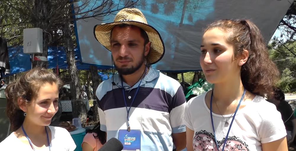 Ара Артутюнян с ученицами норшенской школы на Sevan Startup Summit