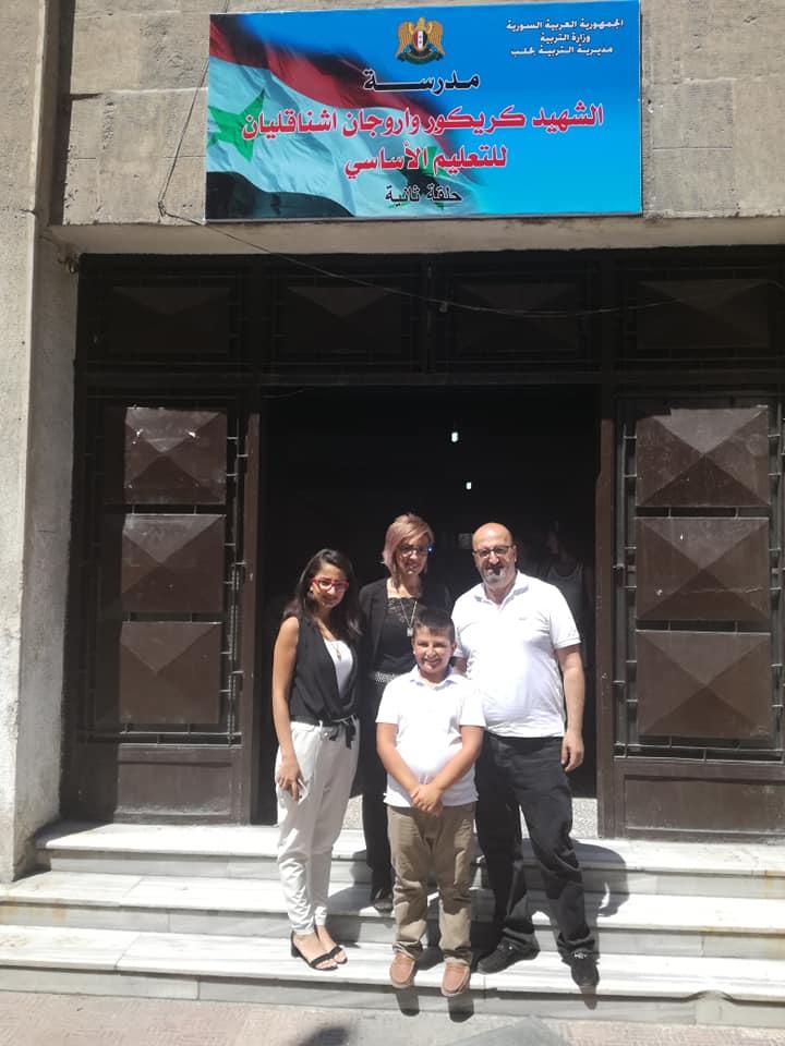 Члены семьи Григора Ашнакеляна перед входом в школу, названную в его честь | facebook.com