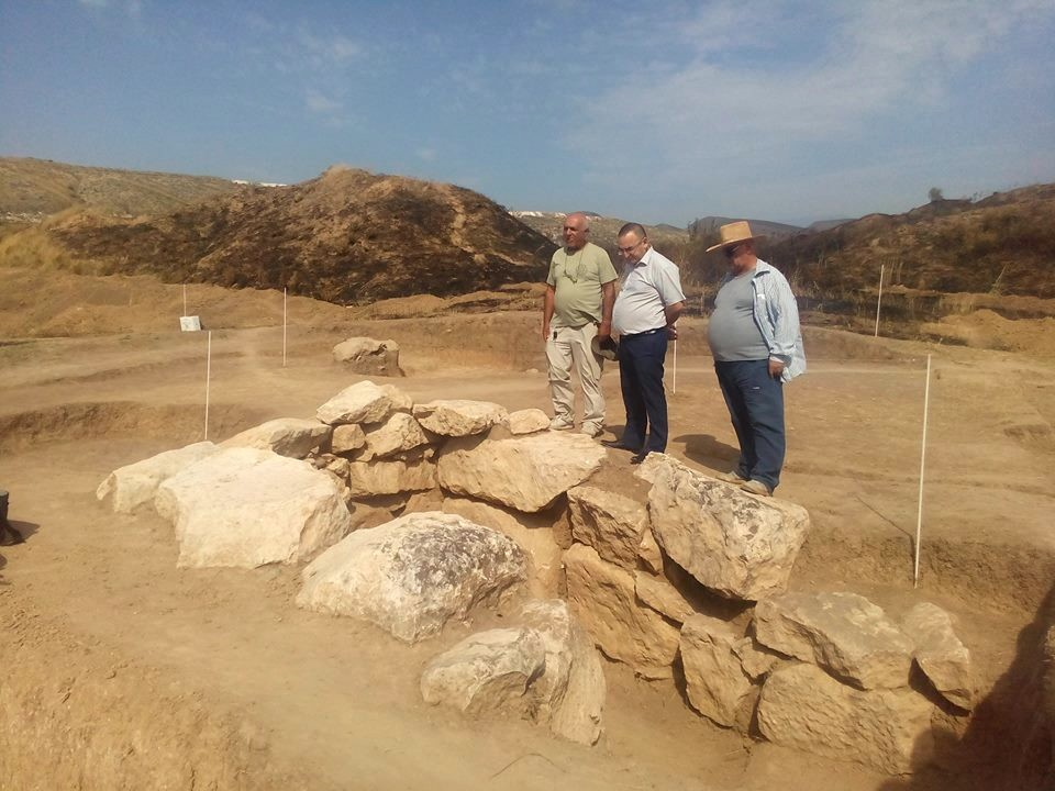 Место раскопок (слева – Гамлет Петросян) | artsakhpress.am