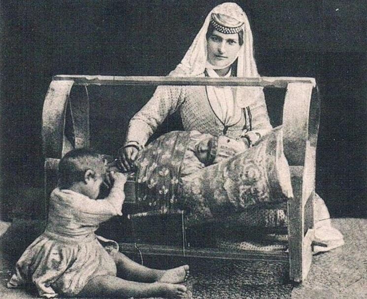 Обряды, связанные с рождением ребенка - Естественным смыслом брака было рождение детей для продолжения рода, поэтому бесплодие считалось одним из самых больших несчастий. Спасаясь от этой беды, которую, по народным представлениям, насылали злые духи, женщина носила на щиколотках браслеты с подвесками, чтобы позвякиванием отгонять их (эти браслеты надевали девочкам еще в детстве).