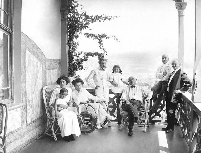 Семья Арамянц на балконе особняка в Ахтале ǁ Журнал «Ереван»,   imyerevan.com