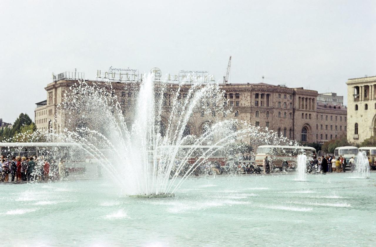 Фонтан на центральной площади Еревана (фото 1980-х годов) | humus.livejournal.com