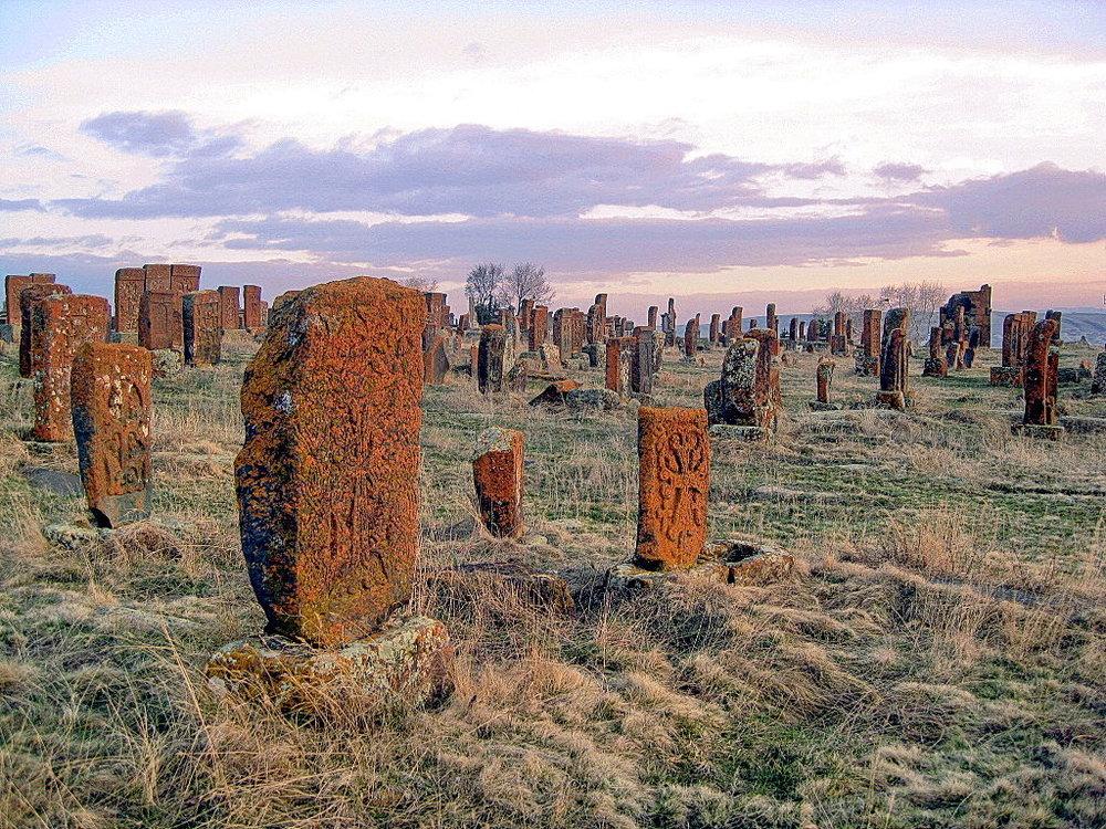 Обряды похоронного цикла - Особое место в традиционной народной культуре армян занимают похоронно-поминальные обряды. По сравнению с другими обрядами жизненного цикла они наиболее консервативны, поскольку отражают медленно меняющиеся представления человека о смерти, о душе, о взаимоотношениях живых и мертвых.