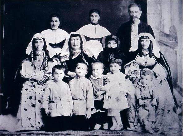 Семья - Для традиционного армянского быта были характерны большие патриархальные семейные общины — гердастан, объединявшие до пятидесяти и более родственников нескольких поколений, с четко выраженной половозрастной регламентацией прав и обязанностей их членов.