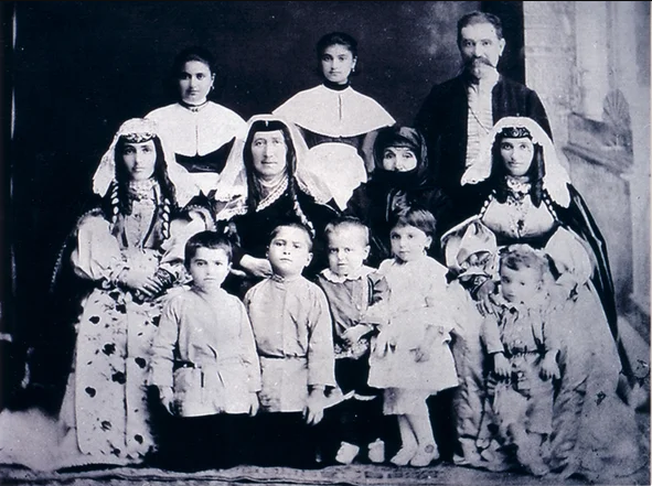 Армянская семья из Баязета (Западная Армения), начало XX века ǁ  humus.livejournal.com