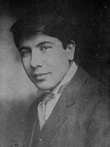 Ваан Тотовенц родился в 1893 году в Западной Армении, окончил Висконсинский университет (США), в 1922-м переселился в Советскую Армению
