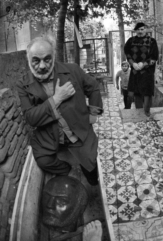 Юрий Рост. Параджанов в своем тбилисском дворе   novayagazeta.ru