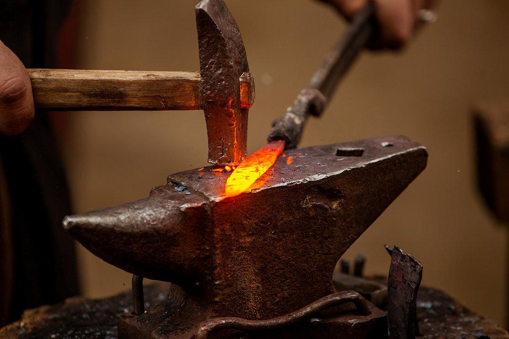 Кузнечное ремесло - Кузнечное дело как ремесло первоначально имело универсальный характер и относилось к металлопроизводству. Не случайно среди ряда народов, в том числе и армян, встречаются такие определения как «кузнец меди», «кузнец серебра», «кузнец железа», свидетельствующие, что в раннем периоде кузнечное ремесло и металлообработка были слиты воедино. Кузнечное дело как ремесло сформировалось в период обработки железа.