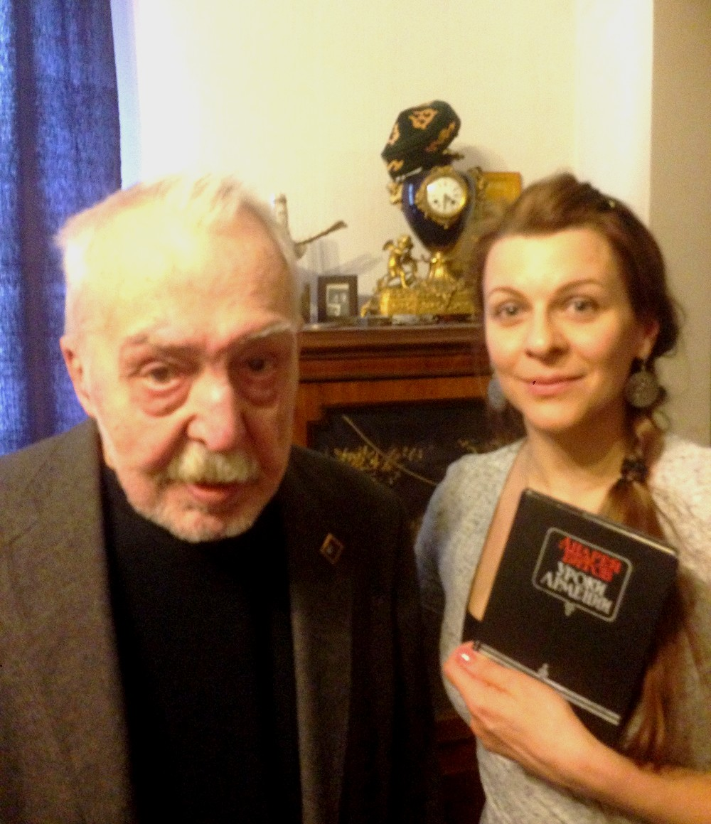 Елена Шуваева-Петросян дарит Андрею Битову раритетное издание «Уроков Армении», которого у него не было