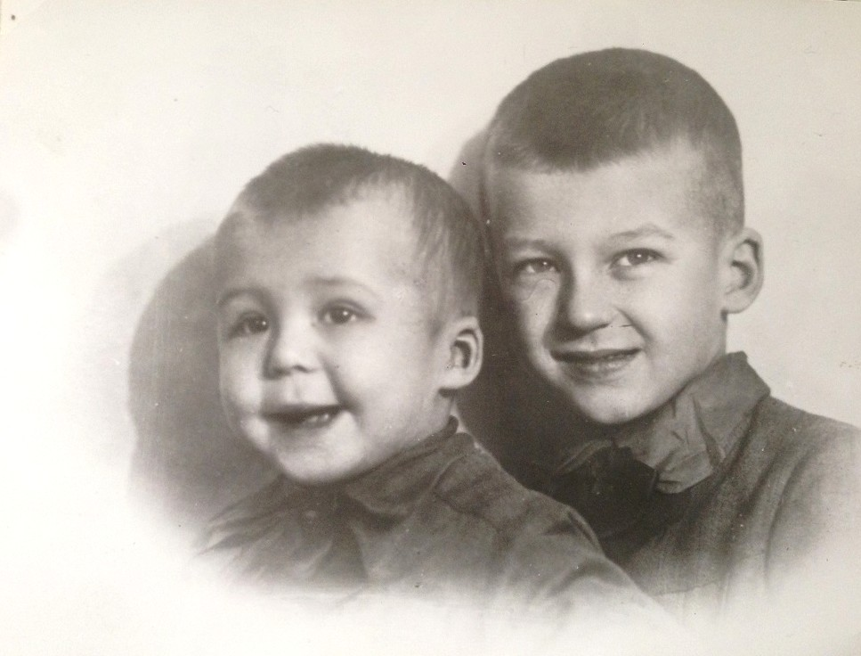 Маленький Андрей с братом