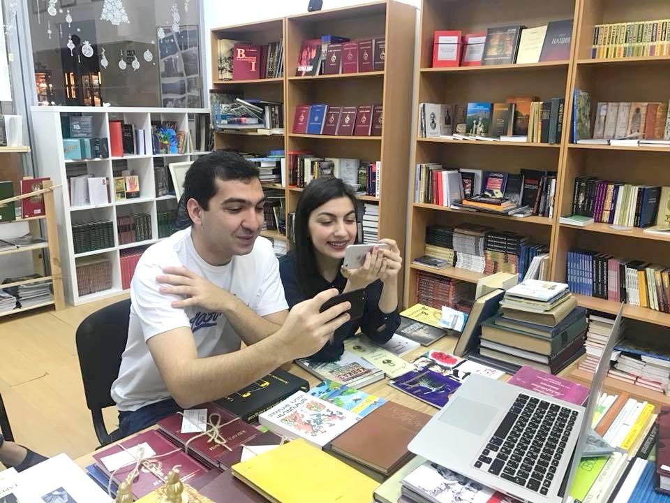 Арег Абрамян (слева)