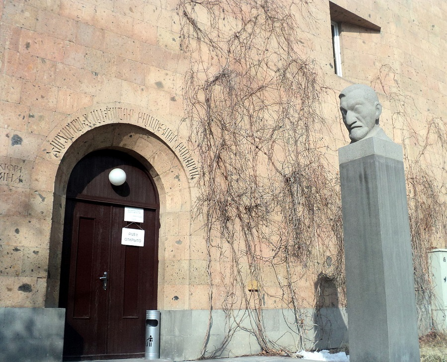 Вход в Музей-институт Таманяна в Ереване | wikipedia.org