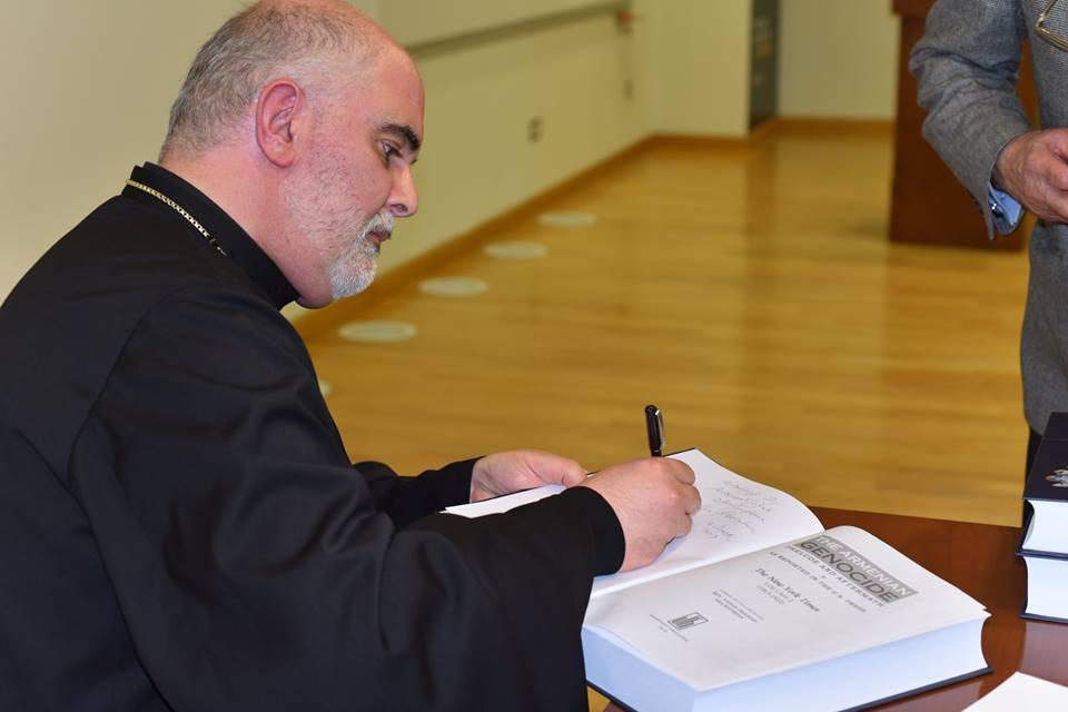 Отец Ваан Оганян на презентации в Американском университете Армении | Фото: facebook.com
