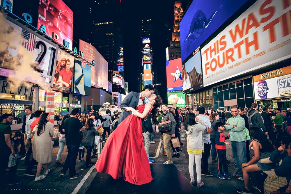 「時代廣場Time Square世界中心的吻」By Ronald Ji
