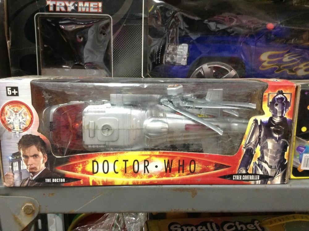 La cosa más ridícula del mundo: un juguete de Doctor Who que no tiene nada que ver con la serie... pero el empaque está bien. Lo encontré en tiempo de fiesta María Laura