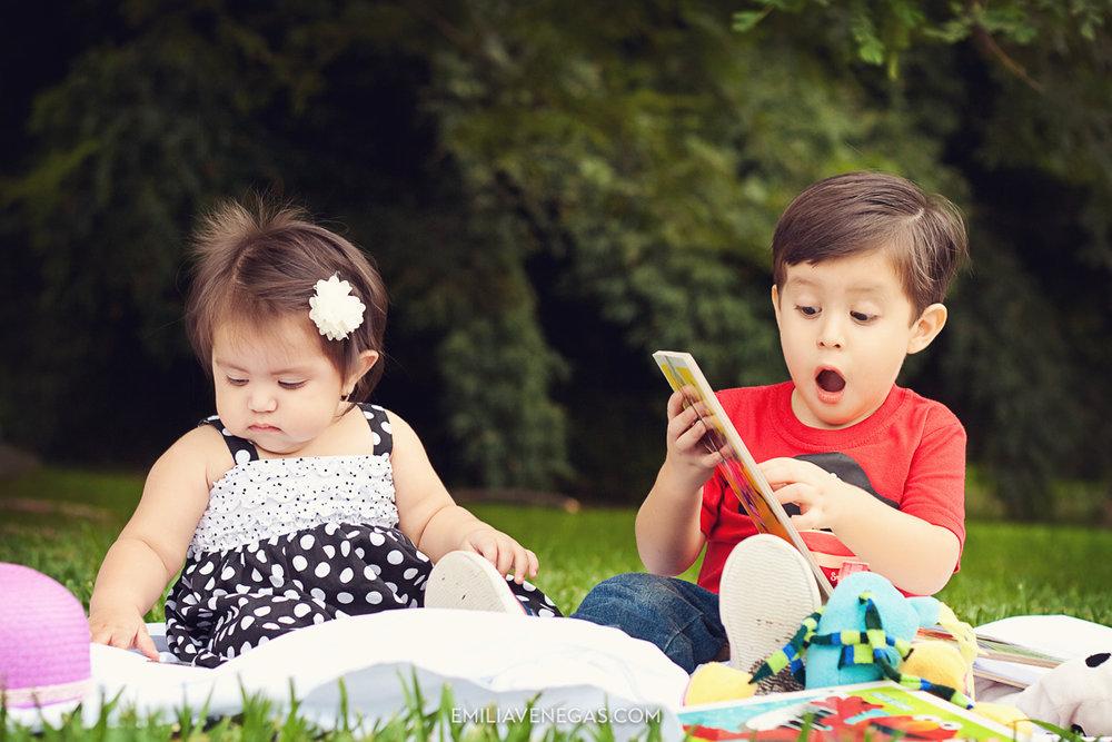 3. Tómalo por sorpresa. Después de que haz tomado varias fotos de tu hija mirando al frente, es la hora de fotos espontáneas. No esperes a que mire a la cámara o no llames su atención para que te mire, mientras está ocupada con sus juguetes nuevos o está rompiendo el papel de regalo es el mejor momento para ser espontáneo, captarás su sorpresa cuando vea el regalo que estuvo esperando por mucho tiempo, o cuando reciba sus caramelos. ¡Esas imágenes no tendrán precio! -