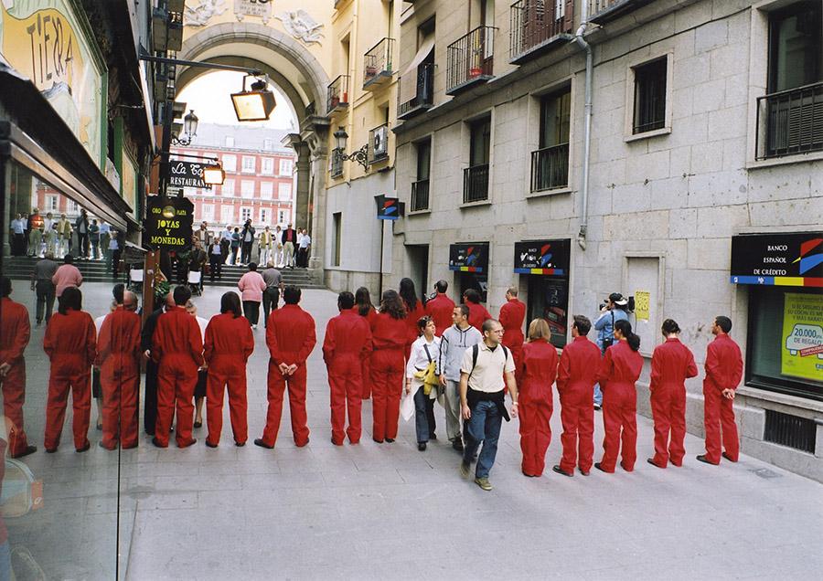 """""""Caso público: Intrusos"""", 2001. Intervención urbana. Grupo de 15 personas"""